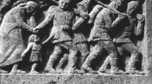 Das Bild zeigt das erste Relief an dem Kriegerdenkmal, den Abschied des Soldaten von Frau und Kind.