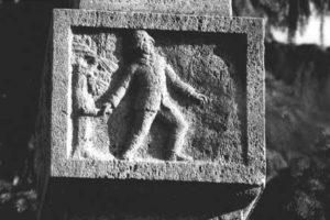 Das zweite Bild zeigt den kämpfenden Soldaten an der Front.
