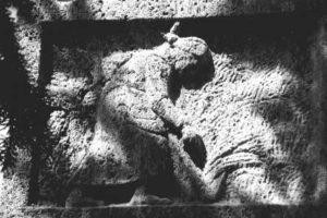 Das dritte Bild zeigt die Frau in der Heimat allein bei Erntearbeiten.