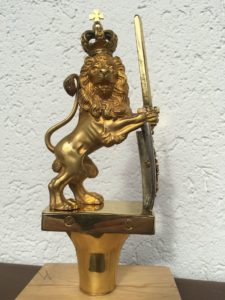 Stolz präsentiert sich der Löwe mit neuem Schwert und dem Kreuz auf der Krone.